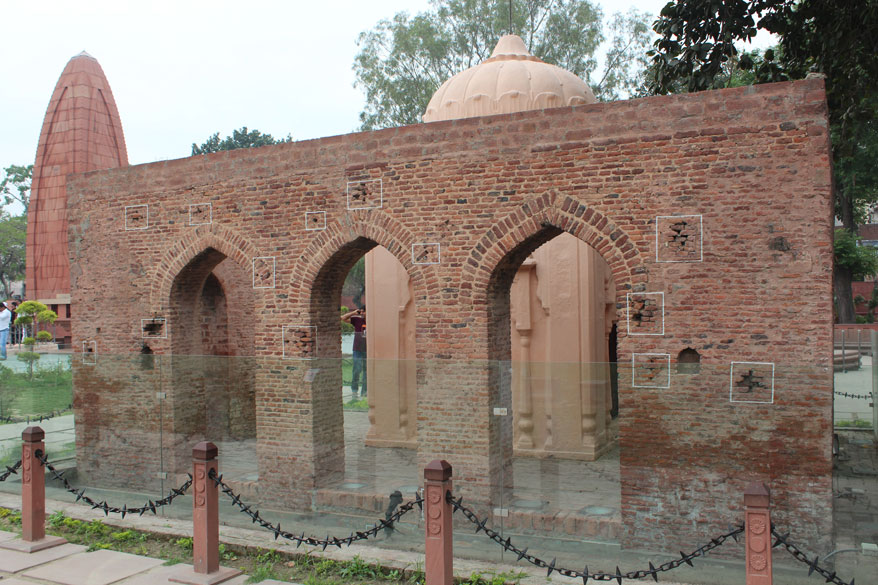 PM pays tributes to martyrs of Jallianwala Bagh massacre