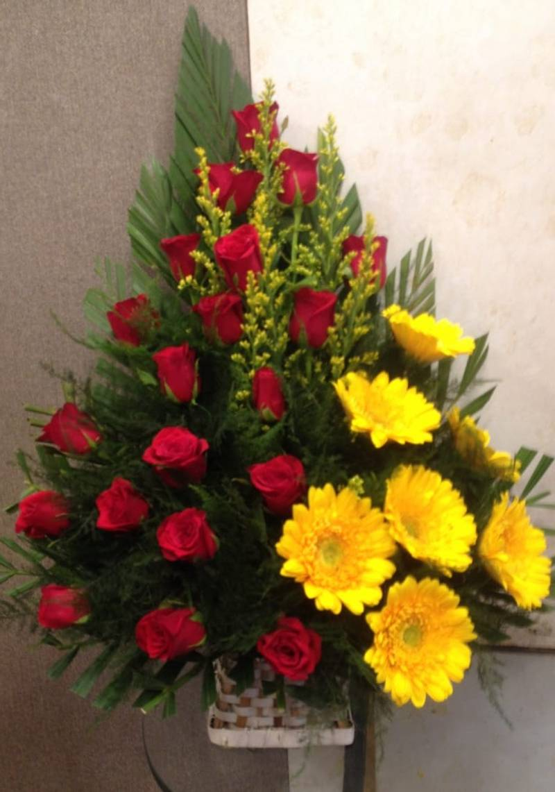 Roses Jarwera With Yellow Sunflowers Bouquet