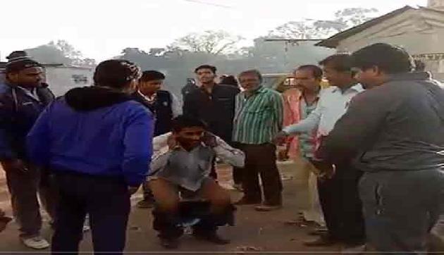 लोगों के सामने उतरवाई युवक से पैंट,वीडियो हुआ वायरल