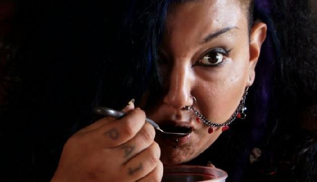 इंसानों  और सुअर का खून पीती है ये औरत, कारण जानकर उड़ जाएंगे होश
