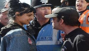 कट्टरपंथियों के सामने यूं डटकर खड़ी रही मुस्लिम लड़की, फोटोज हुईं वायरल
