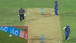 बाउंड्री पर रुकी रही गेंद, फिर भी बल्लेबाजों ने नहीं लिया रन, जानिए क्यों?