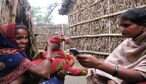 'इंटरनेट साथी' बदल रहा है असम की ग्रामीण महिलाओं की दुनिया