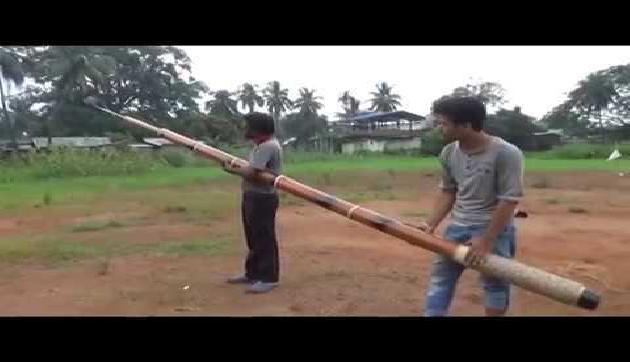 असम के लड़कों का कमाल, बांस से बना डाली दुनिया की सबसे लंबी सेल्फी स्टिक!