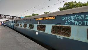 अब महीने में बुक कर सकेंगे 12 रेल टिकट, आधार का करवाना होगा IRCTC से लिंक