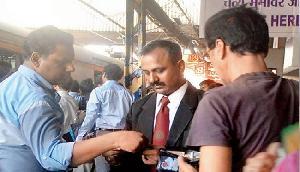 ट्रेन में कर रहे हैं बिना टिकट के सफर और पकड़ ले टीटीई, तो ये करें काम, रेलवे ने जारी किया नियम