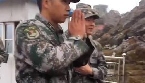 बॉर्डर पर भारत की रक्षा मंत्री ने चीनी सैनिकों से करवाया 'नमस्ते', देखें वीडियो