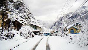 बर्फ की सफेद चादर से गुलजार हो गयी हैं सिक्किम की पहाडि़यां