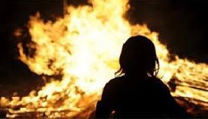 खाना बनाते समय हुआ झगड़ा, पत्नी को आग में झोंक पति हुआ फरार