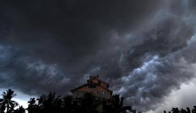 आने वाले 24 घंटों में पूर्वोत्तर समेत देश के कई हिस्सों में तेज बारिश के साथ तूफान के आसार
