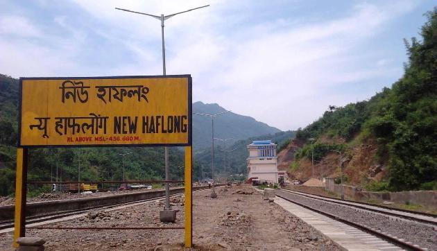 असम में छात्रों ने रोकी ट्रेन, यातायात प्रभावित आैर यात्री परेशान