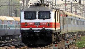 इंदौर-गुवाहाटी एक्सप्रेस की पेंट्रीकार में रेलवे ने की छापेमारी, बड़े पैमाने पर मिली गड़बड़ी