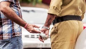 दिन दहाड़े उगाही करते हुए वायरल हो गया असम का ये पुलिस वाला