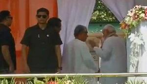 पीएम मोदी ने दी माणिक सरकार को विदाई, त्रिपुरा के नए CM ने छुए पैर