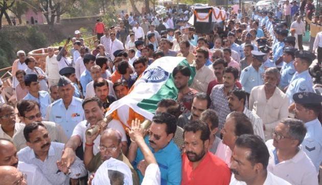 शहीद के अंतिम संस्कार में उमड़ा गम का सैलाब, हजारों नम आंखों ने दी विदाई
