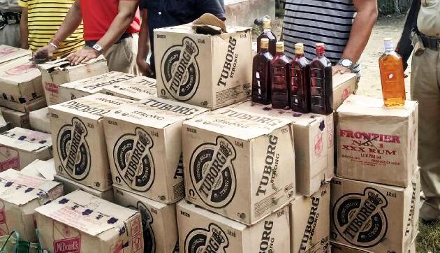 Police की नेम प्लेट वाली गाड़ी से की 20 पेटी शराब बरामद, दो गिरफ्तार
