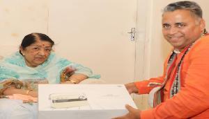 लता मंगेशकर से मिले सुनील देवधर,मिली त्रिपुरा में जीत की बधाई