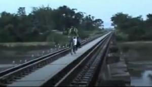 असम में मौजूद है 'मौत का पुल', लोग रोज खेलते हैं अपनी जान से, VIDEO  VIRAL