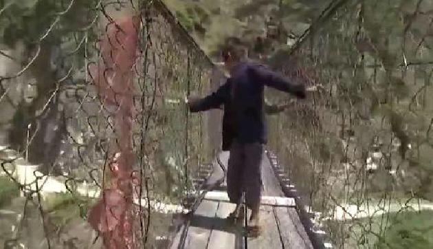 इस पुल पर मौत से रोज खेलते हैं लोग, video वायरल