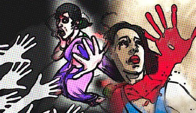 महिला को पति व बेटे के सामने न्यूड कर पीटा, मामला दर्ज
