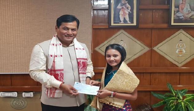 द वॉयस इंडिया किड्स की विजेता से मिले सोनोवाल, दिया पचास हजार का चेक