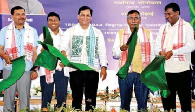 डिब्रूगढ़ आैर सिलचर के बीच ट्रेन सेवा शुरू, CM सोनोवाल ने दिखार्इ हरी झंडी