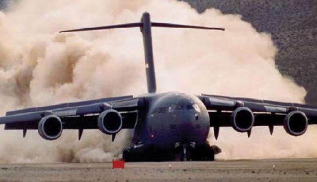 चीन को मुंहतोड़ जवाब देने के लिए भारत ने ऐसा मास्टर स्ट्रोक खेला है जिसे देखकर दुश्मन के होश उड़ गए हैं, जी हां भारतीय वायु सेना का सबसे बड़ा परिवहन विमान C-17 ग्लोबमास्टर ने अरुणाचल प्रदेश के टूटिंग एडवांस्ड लैंडिंग ग्राउंड पर मंगलवार को ऐतिहासिक लैंडिग की।