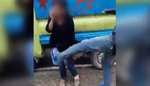 दोस्त के साथ जा रही लड़की को देख गुस्साई भीड़ ने सरेआम लात-घूसों से पीटा, वीडियो वायरल