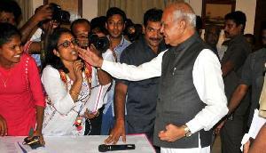 असम के राज्यपाल रहे बनवारीलाल पुरोहित की तस्वीर वायरल, महिला पत्रकार के साथ की ये हरकत