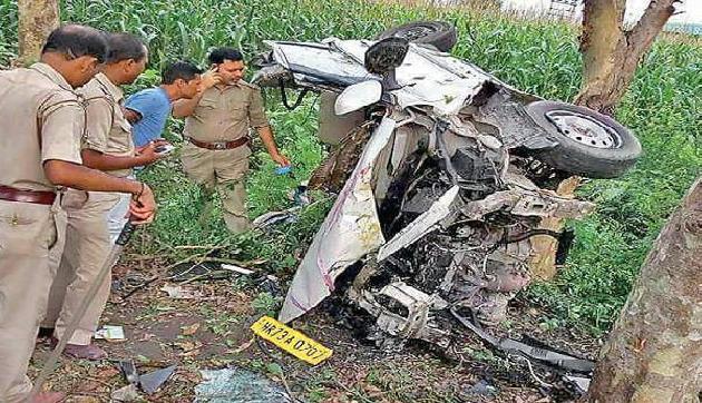 ब्लैक फ्राइडेः  पेड़ में टकराई कार, एक ही परिवार के 4 लोगों की मौके पर ही मौत