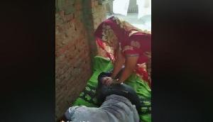 पति के पैर दबा रही थी पत्नी, इसके बाद हुआ कुछ ऐसा, देखें इस वायरल वीडियो को