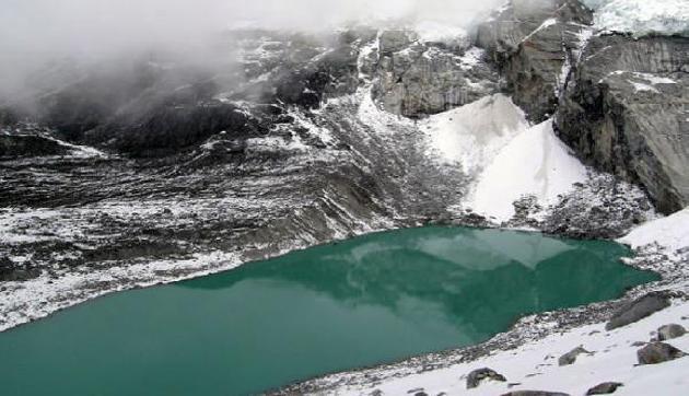 कुदरत का चमत्कार, हर मौसम में बदल जाता है इस झील का रंग