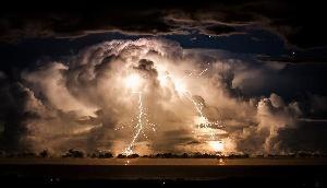 अभी नहीं टला है खतरा, जानिए क्या करें जब आने वाला हो भयानक तूफान