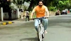 जब साइकिल पर सवार होकर नाई की दुकान पर पहुंचे वरुण धवन, Video हुआ वायरल