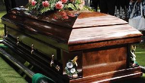 मां के ताबूत से दब कर गई बेटे की जान, साथ हुआ दफ्न