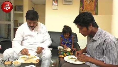 2000 लोगों की जिंदगी बचाने वाले पिता-पुत्री को मंत्री ने घर बुलाया , साथ में किया नाश्ता