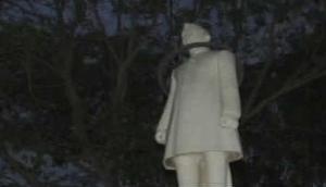 नेहरू को शरारती तत्वों ने पहनाया टायर, मचा हड़कंप, त्रिपुरा से शुरू हुआ था विवाद