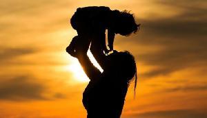 मौत सामने देख कर भी नहीं घबराई मां, बच्चे को दे गई जीवनदान