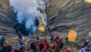 ऐसा अनोखा त्योहार, धधकते ज्वालामुखी में कूद जाते हैं लोग