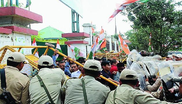 कांग्रेस की रैली में पुलिस ने दागे आंसू गैस के गोले, मची भगदड़, कई घायल