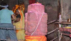 अनोखा है पंचमुखी शिवलिंग वाला ये मंदिर, दिन में तीन बार बदलता है इसका रंग