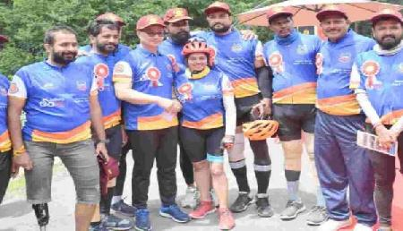12 किमी साइकिल चलाकर मनाली पहुंचे रिजिजू, दिव्यांग साइक्लिस्टों के जज्बे काे किया सलाम