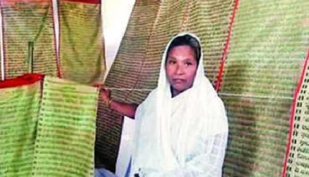बासठ  साल की महिला के अनोखे कारनामें, रेशम के कपड़े पर बुन डाली पूरी भागवत गीता