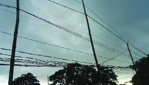 बिजली विभाग की लापरवाही, मौत को दावत दे रहे हैं बांस के खंभों पर लटकते बिजली के तार