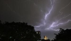 आंधी-तूफान और कड़कती बिजली के साथ होगी भयंकर बारिश, मौसम विभाग ने जारी किया अलर्ट