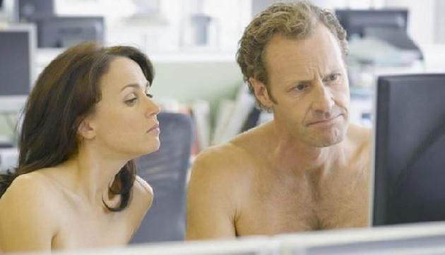 इस Office में बिना कपड़े पहने खुशी से काम करती हैं लड़कियां, जानिए क्यों