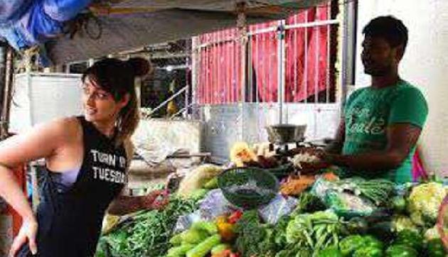 बाजार में सब्जियां खरीदते दिखी इलियाना, Photos हुई Viral