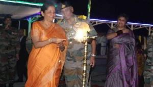 रक्षा मंत्री ने अरुणाचल में सेना के जवानों के साथ मनाई दिवाली