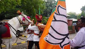 गजबः घोड़े पर बैठकर नामांकन भरने गया भाजपा प्रत्याशी