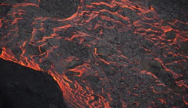 इस गांव में जमीन से निकल रहा है Lava जैसा तरल पदार्थ, मच गया है हड़कंप